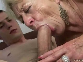 おばあちゃん と ボーイ enjoying ハード セックス