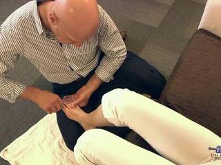 Vieux homme suçage orteils et baise ado cutie