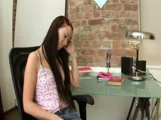 Evelina modell kontors nöje på en stol
