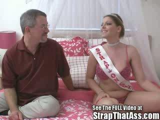 Robbie gets um gaping babaca a partir de o strapon princesa aka: candi apple