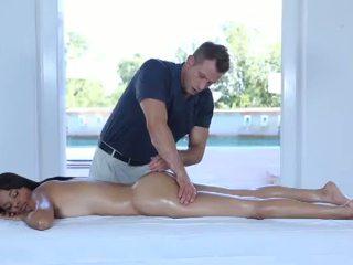 Горещ еротичен масаж за един много сладурана 18yo тийн
