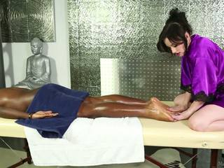 Pale-skinned elegant masseuse ו - שחור אדם.