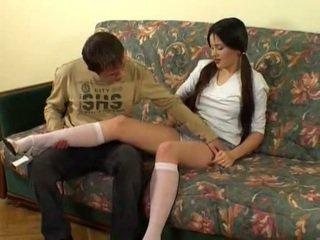 俄 女学生 gets sandwiched 由 一 guy 和 他的 叔叔