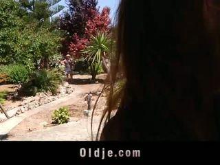 أقرن شاب landlady fucks لها قديم gardener