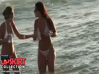 Charming bikini pulcini are staying in il acqua talking e having no idea a essere spied