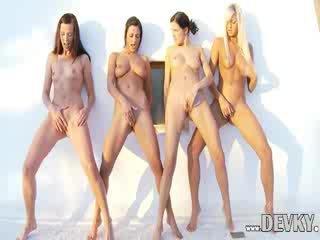 Τέσσερα λεσβιακό dolls δάκτυλο μαζί