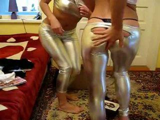 2 дівчинки намагатися новий блискуча легінси