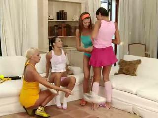 Čudovito rjavolaska in blondinke lezbijke poljubljanje in s prstom muca v a štiri način lezbijke orgija
