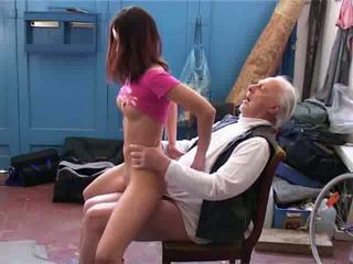Viejo hombre querer a reparación mi bicicleta vídeo
