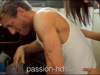 Passion-hd plumber lays hans pipe i kåta tonårs flicka