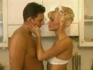 Anita berambut pirang adalah sebuah seksi pembantu video