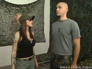 رائع جنسي مفلس امرأة سمراء في سن المراهقة وقحة does اللسان في ال جيش