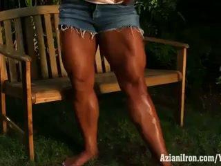 Aziani ijzer amber deluca flexing haar biceps en reusachtig terug