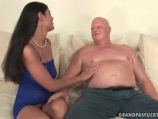 Kövér nagymama fucks csintalan fiatal lány