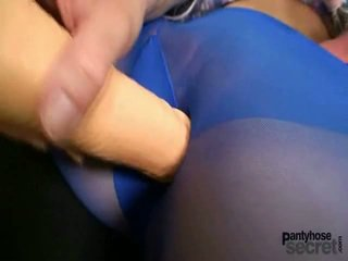 Slender youngster içinde blue tatlı hose playthings kendini