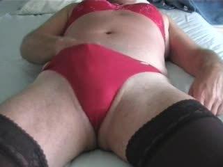 Joanne ב אדום masturbates