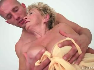 Babka enjoys príťažlivé sex s mladý človek