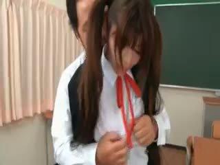 Azjatyckie uczennica gets seduced przez excited nauczycielka