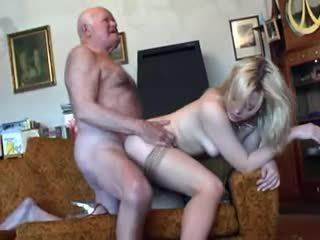 Viejo abuelo fucks joven rubia