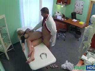 Doktor banged seks blondinke v njegov cabinet.