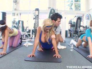 Blondine heet babe gets hardcore seks in de gym