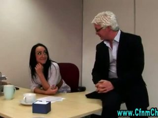 Seksi wanita berpakaian dan lelaki bogel/ cfnm pejabat babe video