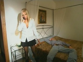 Blonda step-mom în ciorapi scurti seducing fiu
