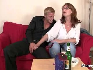 Drunken mujer es picked hasta y follada