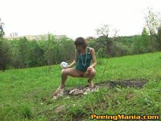 สกปรก female pees ข้างใน the เปิด สนาม