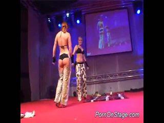 2 дівчинки усередині lesbie showcase з публічний
