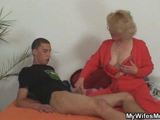妻子 leaves 和 她的 母亲 fucks 儿子 在 法