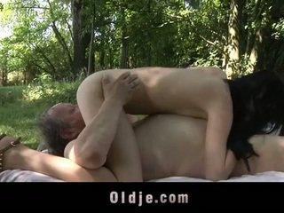 Gemuk tua orang fucks remaja di itu woods