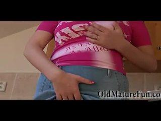 Heiß blond älter frauen mit groß brüste masturbieren video