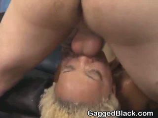 Dyed haired negra dirt zorra getting cara follada por blanca guy