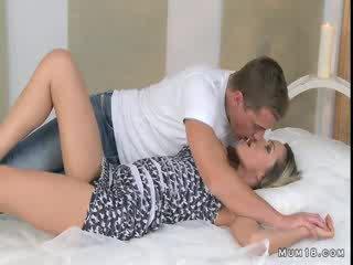 Bystiga blondin momen licked och körd i sovrum