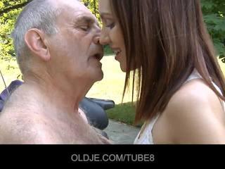 若い ロシア 女の子 rides 本当に 古い 男