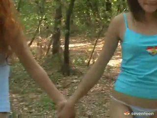 Homo naiset teini-ikä sisäpuolella the metsä