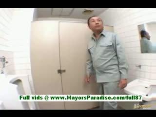 Arisa kanno jung japanisch schulmädchen im die badezimmer