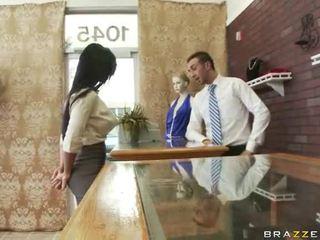 Молодий жінки примусовий для мати секс на the гімнастичний зал