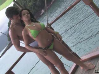 Agatha moreno ay standing sa ang dock ng ang bay