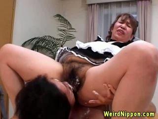 Aziatisch oma gets haar harig poesje licked