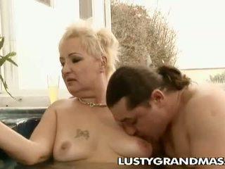 Lusty grandmas: أقرن مكتنزة جدة leila حفر في جاكوزي