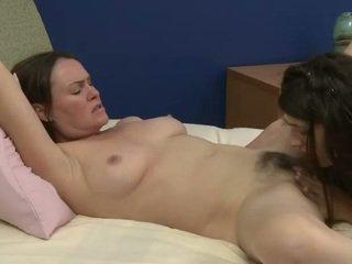 Starý a mladý lesbičky prefers sweety orál sex