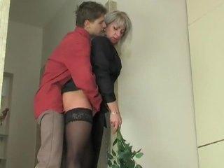 Bevállalós anyuka szajha seduces fiatal fiú