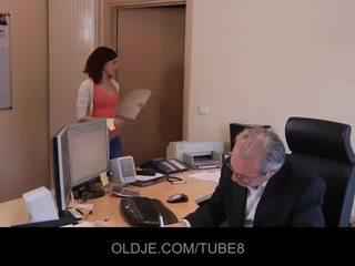 Молодий непристойна assistant трахання її старий бос