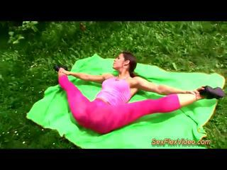 חמוד flexi contortionist מזיין ב טבע