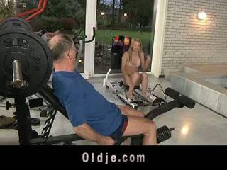 Oldje: oud dude gets gelukkig met een sexy blondine babe.