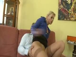 Karštas blondinė jessie volt rides senas guy apie sofa ir eats sperma