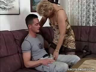 O puicuta guy finds însuși în the norocos poziție getting offered o rotund de in varsta pizda în the middle de the zi. în timp ce ge