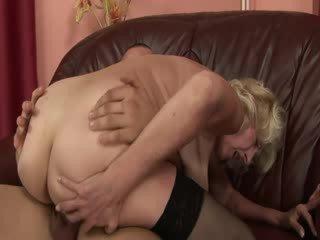 Madura abuelita disfruta nena rabo en coño y boca
